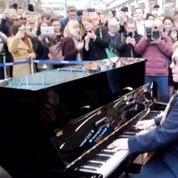 Elton John surprend ses fans dans une gare de Londres