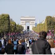 Les piétons aux Champs-Élysées