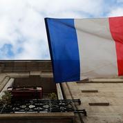 Deux femmes se battent pour garder le drapeau français à leur balcon