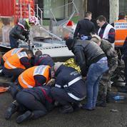 Vents violents : deux blessés graves à Paris après la chute d'un panneau publicitaire