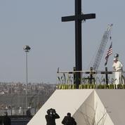 La messe surréaliste du pape François à la frontière entre le Mexique et les États-Unis