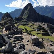 Deux touristes nus arrêtés devant le Machu Picchu