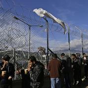 Dans une Grèce débordée, les réfugiés sont logés dans d'anciens camps militaires et un aéroport