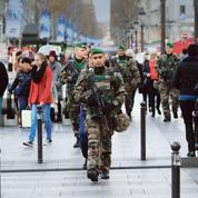Hollande annonce la création de 800 postes supplémentaires dans l'armée
