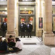 Intermittents et Nuit deboutistes occupent la Comédie-Française