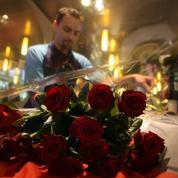 Monceau Fleurs accroche Au Nom de la Rose à son revers