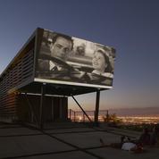 La façade d'une villa américaine transformée en écran de cinéma