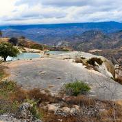 Des sources minérales et des cascades pétrifiées au sommet d'une montagne au Mexique