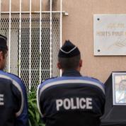 Policiers tués : émus, leurs collègues les honorent lors d'une minute de silence