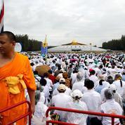 Thaïlande: une foule de partisans protège un moine recherché par la police