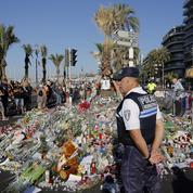 L'image du jour - À Nice, des fleurs et des bougies en hommage aux victimes