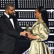 Rihanna reçoit le prix Michael Jackson des mains de Drake