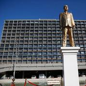 À Tel-Aviv, un artiste installe une statue dorée de Netanyahu en signe de protestation