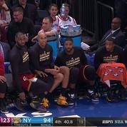 LeBron James et les Cavs s'essayent au «Water Bottle Challenge» en plein match