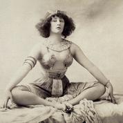 Scandale au Moulin-Rouge en 1907 : Colette y embrasse goulûment son amante