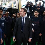 À Berlin, Macron rend hommage à la politique d'accueil des réfugiés de Merkel