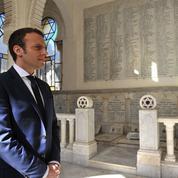 Pendant la tempête à droite, Emmanuel Macron soigne sa stature internationale à Alger