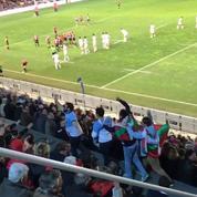 Leur équipe subit une déroute, les supporters bayonnais font la chenille dans les tribunes