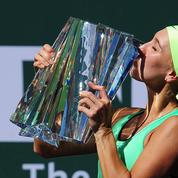 Elena Vesnina se fait «réquisitionner» son trophée en conférence de presse