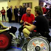 Web série « vis mon sport » : Aurélien Rougerie s'essaie au rugby-fauteuil
