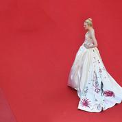 La photo du jour à Cannes: Elle Fanning et sa traîne devant le mur des photographes