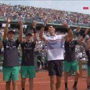 Novak Djokovic célèbre sa victoire avec ... des ramasseurs de balle