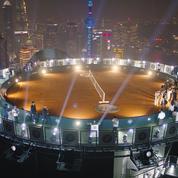 A 320 mètres, au-dessus d'une tour, le court de tennis le plus haut du monde