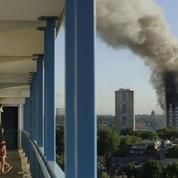 Incendie à Londres : l'émotion toujours forte, le bilan s'alourdit