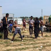 Des centaines de migrants errent à Calais, la France veut éviter l'appel d'air