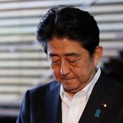 Shinzo Abe, touché par les scandales, chute dans l'opinion