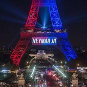 La Tour Eiffel souhaite la bienvenue à Neymar, des parlementaires s'indignent