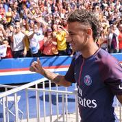 Neymar réfléchit à une action contre le FC Barcelone