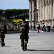 Les femmes de militaires manifestent leur colère à Paris