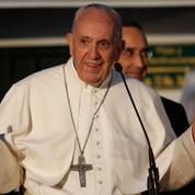 Le pape François acclamé à son arrivée en Colombie