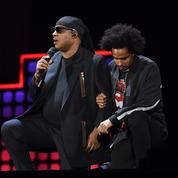 Stevie Wonder, Pharrell Williams, Roger Waters mettent un genou à terre contre Trump