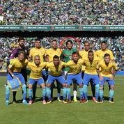L'équipe du Brésil pose… avec un Bolivien