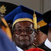 Zimbabwe : menacé d'éviction, le président Robert Mugabe apparaît en public