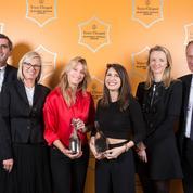Jean-Marc Gallot remet le prix de la femme d'affaires Veuve Clicquot à Sarah Lavoine