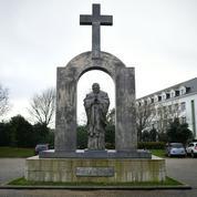 Ploërmel: la statue de Jean-Paul II et sa croix seront vendues à l'évêché