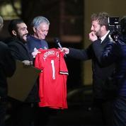 José Mourinho signe un maillot floqué… Antonio Conte, son ennemi