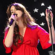 Lana Del Rey éclate en sanglots sur scène après l'arrestation d'un fan harceleur