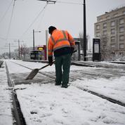 Les politiques bloqués par la neige demandent des comptes