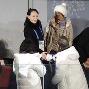 La sœur de Kim Jong-un serre la main du président sud-coréen