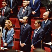 Face aux attaques de l'opposition et aux doutes de la majorité, Philippe maintient le cap