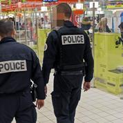 Dans les stades et les centres commerciaux, les vigiles imposent leur loi aux policiers