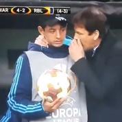 Rudi Garcia donne des consignes à un ramasseur de balle en plein match