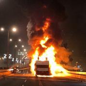 Les fans de l'Etoile Rouge mettent le feu au bus de leur équipe pendant la parade