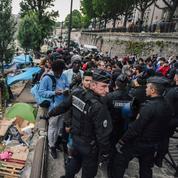 À Paris, les deux derniers grands campements de migrants en cours d'évacuation