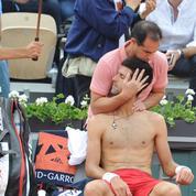 L'étrange massage au cou à Djokovic par le kiné de Roland-Garros