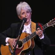 En tournée à Paris, Joan Baez se moque de Donald Trump, Bob Dylan et Charles Aznavour